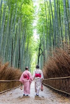 Aziatenvrouw die japanse kimono dragen bij arashiyama-bamboebos in kyoto, japan