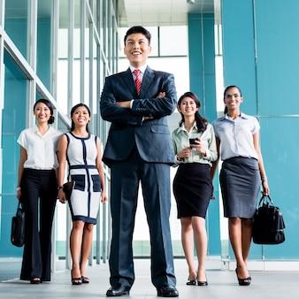 Aziatisch commercieel team dat in bureau marcheert