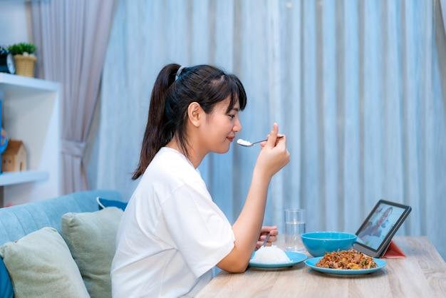 Aziatisch de vergaderingsdiner van het vrouwen virtueel happy hour en samen online eten van voedsel