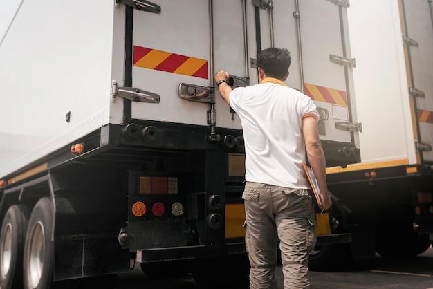 Aziatisch een vrachtwagenchauffeur die de beveiliging van de containerdeur controleert vrachtwageninspectie veiligheid en onderhoud