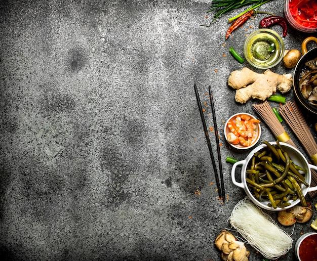 Aziatisch eten. een verscheidenheid aan ingrediënten voor het koken van aziatisch eten op rustieke achtergrond.