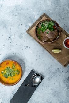Aziatisch eten grijze tafel. bovenaanzicht