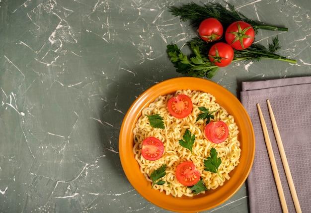 Aziatisch eten. noedels met tomaten en kruiden. fast food.