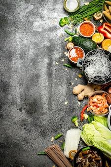 Aziatisch eten. verse ingrediënten voor het koken van chinees eten op een rustieke achtergrond.