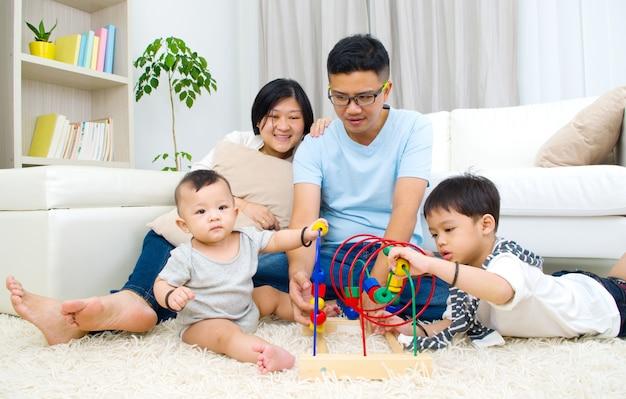 Aziatisch familie het spelen speelgoed