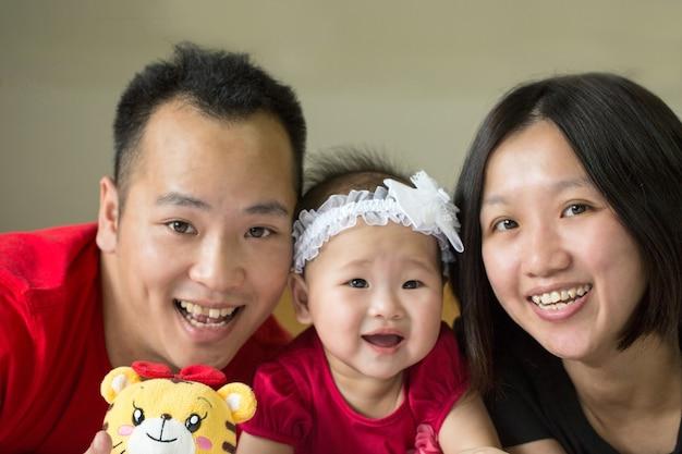 Aziatisch familieportret in studiohuis.