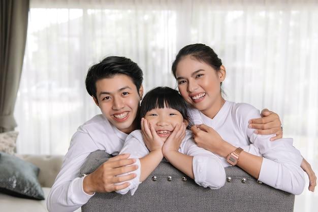 Aziatisch familieportret met gelukkige mensen die bij het mijn huisconcept glimlachen.