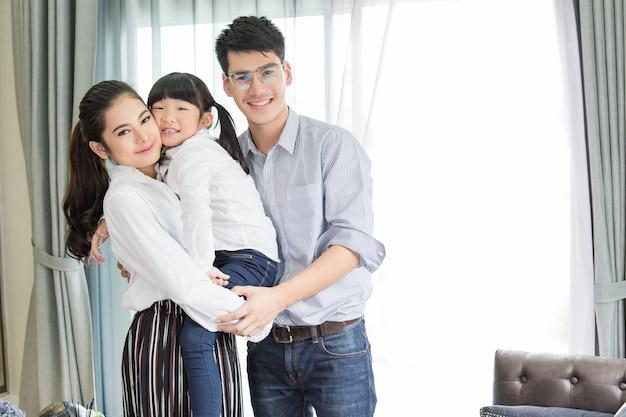 Aziatisch familieportret met het gelukkige mensen glimlachen