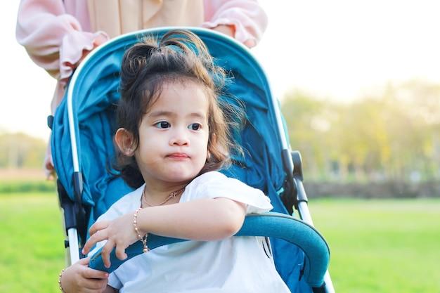 Aziatisch gelukkig meisje dat gelukkig in het park glimlacht