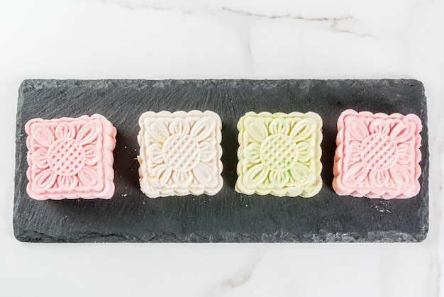 Aziatisch, japans eten, traditioneel zoet veelkleurig dessert geen bak sneeuwhuid mooncakes op witte marmeren lijst. kopie ruimte bovenaanzicht