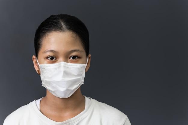 Aziatisch jong meisje met beschermend masker huilt coronavirus quarantaine
