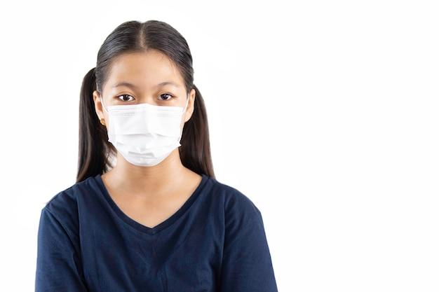 Aziatisch jong meisje met beschermend masker tegen covid-19 geïsoleerd in uitknippad.