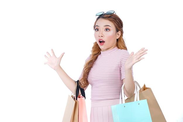 Aziatisch jong mooi aantrekkelijk mooi meisje met boodschappentassen
