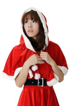 Aziatisch kerstmismeisje, close-upportret met droefheidsuitdrukking op gezicht over witte muur.