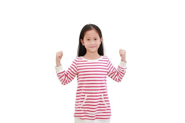 Aziatisch kind dat handen opheft en sterk gebaar
