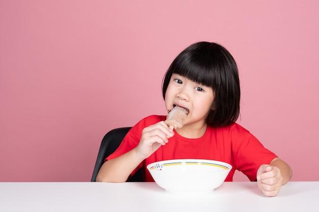 Aziatisch kind dat ijs eet, zomerseizoen