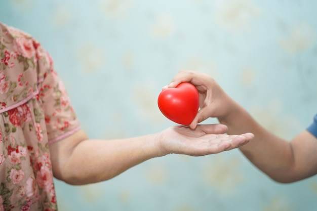 Aziatisch kinderen jong jong geitje geeft rood hart