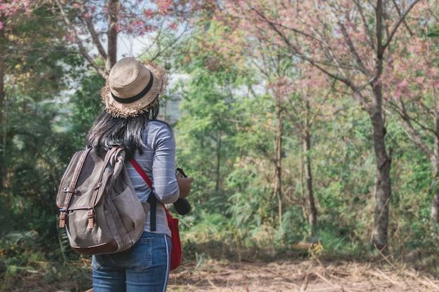 Aziatisch meisje backpacker op de heuvel