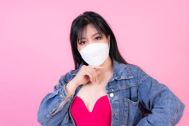Aziatisch meisje dat beschermend gezichtsmasker draagt voor bescherming tijdens de quarantaine