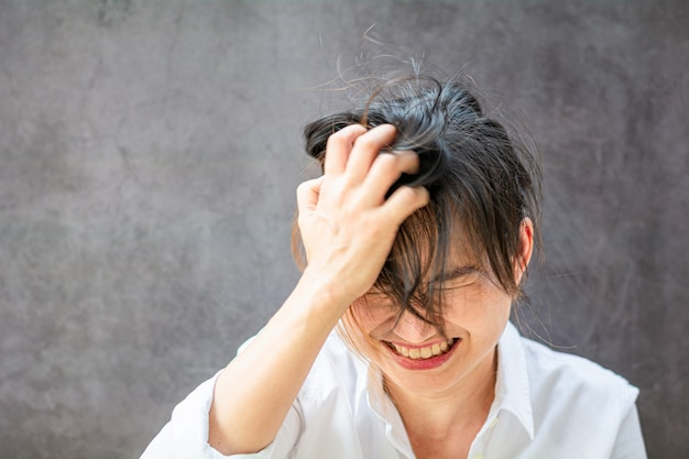 Aziatisch meisje dat de spanning voelt.