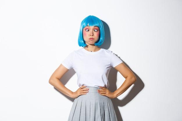 Aziatisch meisje dat een blauwe korte pruik draagt