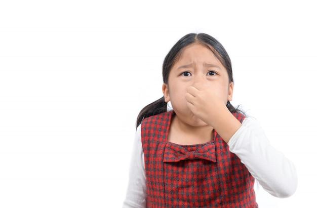 Aziatisch meisje dat haar neus wegens een geïsoleerde stank houdt