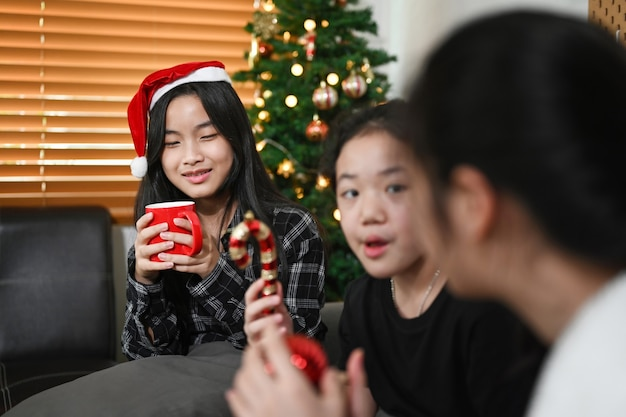 Aziatisch meisje dat kerstmis viert met haar vrienden thuis.