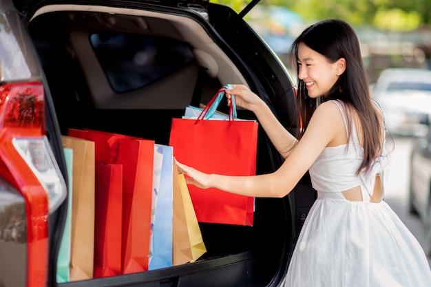 Aziatisch meisje dat met medio jaarverkoop winkelt