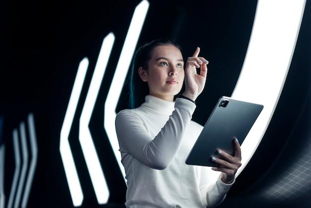 Aziatisch meisje dat op futuristische technologie op het digitale scherm drukt