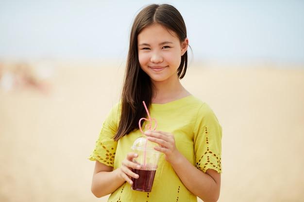 Aziatisch meisje dat zoete drank drinkt