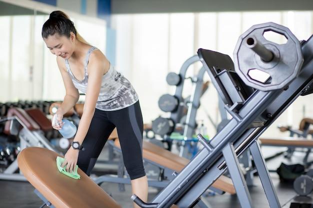 Aziatisch meisje draagt een anatomiemasker om te oefenen in gym om gelovige virussen te voorkomen