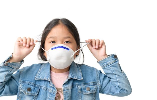 Aziatisch meisje draagt een n95-masker om pm 2,5 stof en luchtvervuiling te beschermen