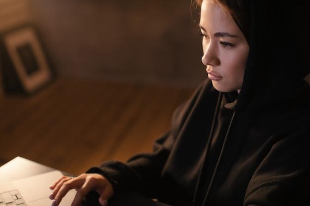 Aziatisch meisje freelancer werkt aan een laptop