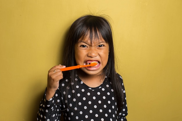 Aziatisch meisje haar tanden poetsen