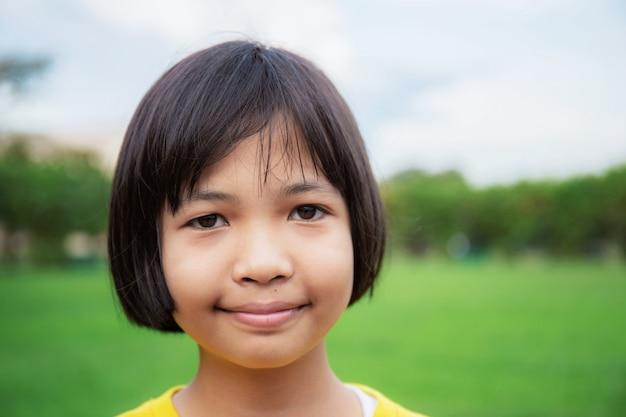 Aziatisch meisje in park met hemel.