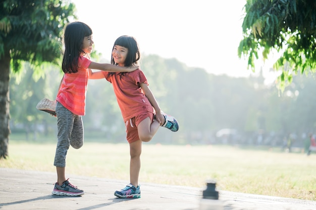 Aziatisch meisje jogt 's ochtends in het park