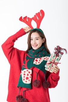 Aziatisch meisje kerstcadeau en haarband te houden