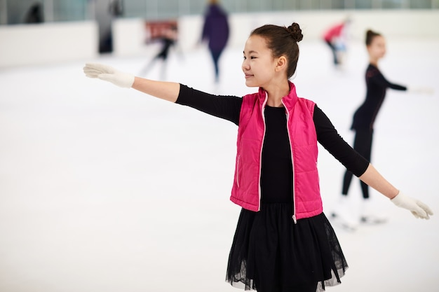 Aziatisch meisje kunstschaatsen