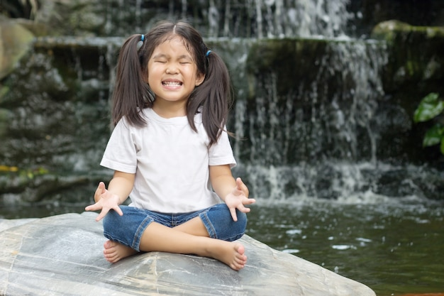 Aziatisch meisje maakt meditatie