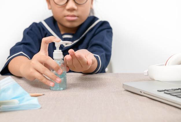 Aziatisch meisje met behulp van wash handdesinfecterend gel pomp dispenser, hand wassen met alcohol sanitizer, voorkomen dat het virus en bacteriën, hygiëne en covid-19 virusbeschermingsconcept.