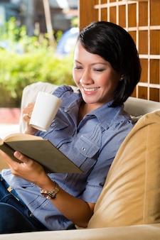 Aziatisch meisje met het boek van de koplezing