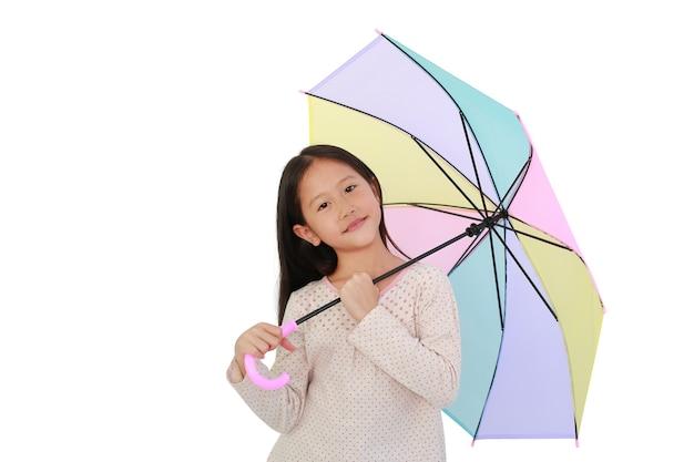 Aziatisch meisje met veelkleurige paraplu op witte geïsoleerde achtergrond met uitknippad. kind met kleurrijke paraplu