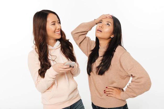 Aziatisch meisje ontevreden vanwege haar zus