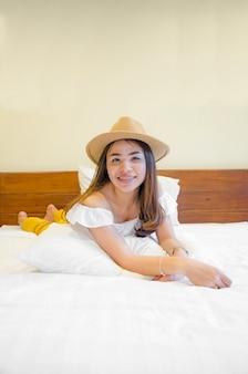 Aziatisch meisje op wit bed