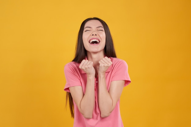 Aziatisch meisje opgewonden poseren.