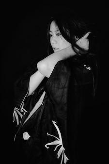 Aziatisch meisje wat betreft haar haar