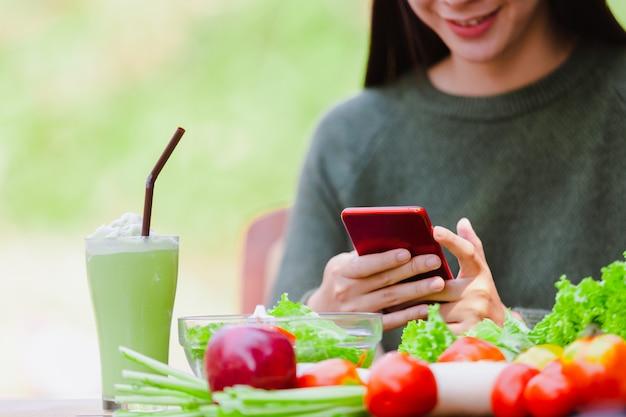 Aziatisch mooi jong meisje die saladegroente eten