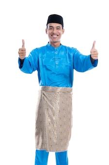 Aziatisch moslim mannelijk portret duimen opdagen