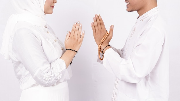 Aziatisch moslim paar groet gebaar op ramadhan geïsoleerd