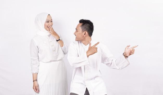 Aziatisch moslim paar wijzend op leeg scherm geïsoleerde witte ruimte